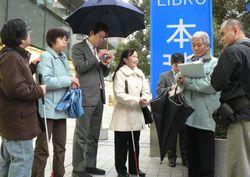 織田さんから話を聞く調査参加者たち