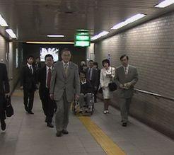 永田町駅で調査する笠井議員ら