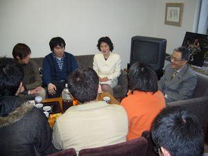 青年と懇談する笠井議員、田村智子さん