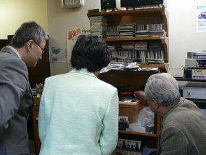 ヒノ・オーディオでレコードを聴く笠井議員