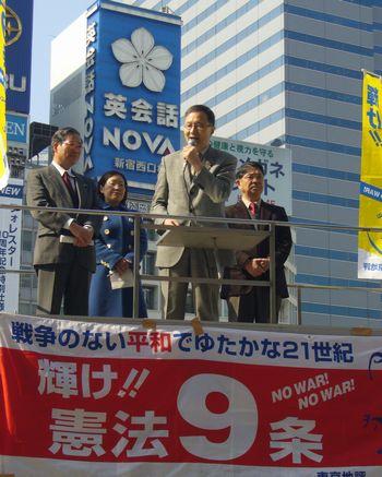 新宿駅西口で訴える笠井議員