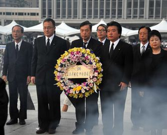 献花する日本共産党代表団