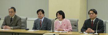 記者会見する田村智子さんら。同席した笠井議員(左)