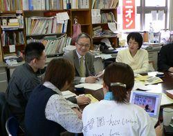 首都圏青年ユニオンの人達と懇談する笠井議員、田村智子さん