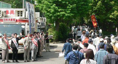 激励する笠井議員、谷川智行参院比例予定候補ら
