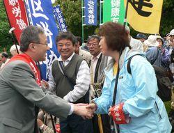 大集会参加者を激励する笠井議員