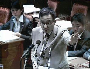 質問する笠井議員